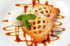 Peu de tartes d'abricot avec la crème glacée  photographie stock libre de droits