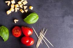 Peu de tomate, fromage et basilic Photographie stock