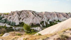 peu de verger sur la pente de roche dans le village d'Uchisar Image libre de droits