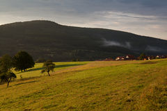 Peu de village alpestre au début de la matinée Photos libres de droits