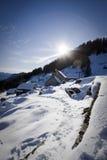 Peu de village sur les alpes en hiver Images stock