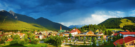 Peu de ville dans les montagnes Photo stock
