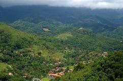 Peu de ville parmi des montagnes Image stock