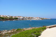 peu de ville proche de rivage de mer Photographie stock