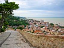 Peu de ville sur la mer Photos stock