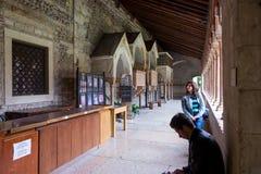 Peu de visiteurs inspectant Basilica di San Zeno Maggiore à Vérone photos stock