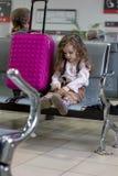Peu de vol de attente de fille de kit dans le hall d'aéroport Photographie stock libre de droits