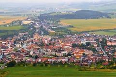 Peu de willage européen, maisons dans les domaines, ciel nuageux, montagnes aménagent en parc Photo stock