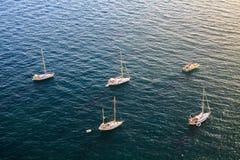 Peu de yachts se tiennent sur l'ancre, vue aérienne de la surface de mer photographie stock libre de droits