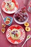 Peu durcissent avec de la crème, les raisins frais et des figues Photographie stock