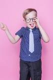 Peu enfant adorable en lien et verres école précours Mode Portrait de studio au-dessus de fond rose photographie stock