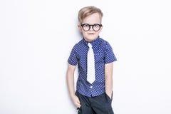 Peu enfant adorable en lien et verres école précours Mode Portrait de studio d'isolement au-dessus du fond blanc image stock