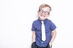 Peu enfant adorable en lien et verres école précours Mode Portrait de studio d'isolement au-dessus du fond blanc photo stock