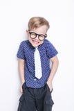Peu enfant adorable en lien et verres école précours Mode Portrait de studio d'isolement au-dessus du fond blanc images stock