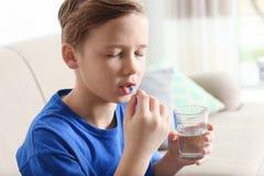 Peu enfant prenant la pilule Danger d'intoxication de m?dicament image stock