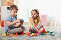 Peu enfants jouant avec les blocs colorés photo libre de droits