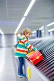 Peu a fatigué le garçon d'enfant à l'aéroport, voyageant Photo stock