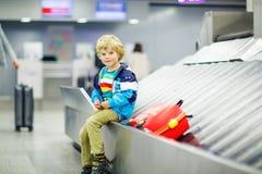 Peu a fatigué le garçon d'enfant à l'aéroport, voyageant Image libre de droits