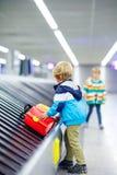 Peu a fatigué le garçon d'enfant à l'aéroport, voyageant Images libres de droits