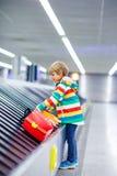 Peu a fatigué le garçon d'enfant à l'aéroport, voyageant Photos libres de droits