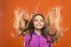 Peu fille élèvent de longs cheveux Enfant de enseignement habitudes saines de soins capillaires cheveu de concept intense Brillan photos stock