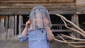 Peu fille adorable couvre son visage de masque protecteur clips vidéos
