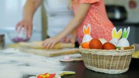 Peu fille apprenant à faire des biscuits de Pâques clips vidéos