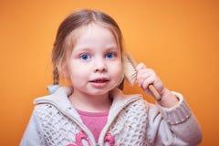 Peu fille caucasienne avec un téléphone dans sa main sur un fond coloré, un endroit pour le texte images libres de droits