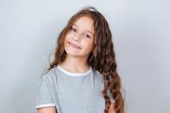 Peu fille d'enfant posant au studio Enfant ?motif parfait de mode de portrait Enfant caucasien de beau visage 6-7 ans images stock