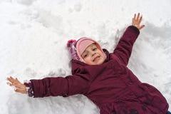 Peu fille en hiver dehors photos libres de droits
