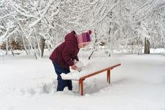 Peu fille en hiver dehors image libre de droits