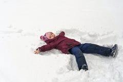 Peu fille en hiver dehors photo stock