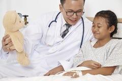 Peu fille et docteur dans l'hôpital images stock