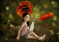 Peu fille et petits cerfs communs photographie stock libre de droits