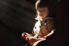 Peu fille mignonne d'enfant priant dans l'église Concept de foi image stock