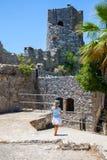 Peu fille observant le château de StHillarion en Chypre du nord, Kyrenia photographie stock