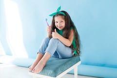 Peu fille se brossant les dents avec une bosselure de brosse à dents images libres de droits