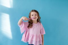 Peu fille se brossant les dents avec une dent d'art dentaire de brosse à dents images libres de droits