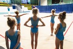 Peu filles faisant l'exercice dans le gymnase photo stock