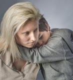 Peu garçon étreint sa mère photographie stock libre de droits