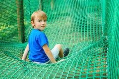 Peu gar?on heureux ayant l'amusement dans le parc d'aventure Enfant jouant au terrain de jeu d'ext?rieur Enfance heureux Vacances photos stock
