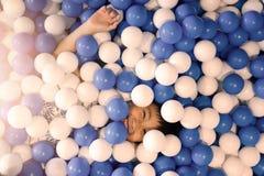 Peu garçon jouant la piscine de boule au terrain de jeu images libres de droits
