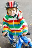 Peu garçon mignon d'enfant sur la bicyclette l'été ou le jour d'autmn Enfant heureux en bonne santé ayant l'amusement avec le rec Images libres de droits