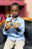 Peu garçon regardant une chaussure dans un magasin photo libre de droits