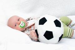 Peu gercent avec la bille de football sur le fond blanc Photographie stock
