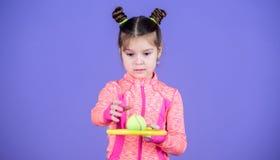 Peu jeu sportif de tennis de jeu de costume de bébé Enseignez-moi comment jouer au tennis Tennis de coiffure de petit pain d'enfa image libre de droits