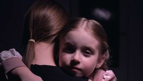 Peu jolie fille étreignant sa mère, mauvais rêve, phobies d'enfants et craintes banque de vidéos