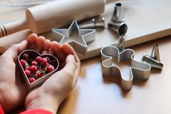 Peu la main de fille faisant les biscuits de fête traditionnels Cuisson avec le concept d'amour Le jour de m?re, le jour des femm photographie stock libre de droits