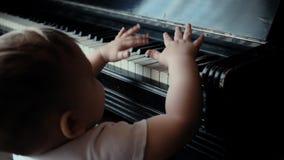 Peu montées mignonnes de bébé garçon sur ses propres moyens sur le beau fauteuil dans le mouvement lent banque de vidéos