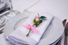 Peu s'est levé sur les décorations de mariage de plat photo libre de droits